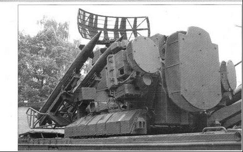 Антенно-пусковое устройство боевой машины 9АЗЗБ с четырьмя ЗУР 9МЗЗ.